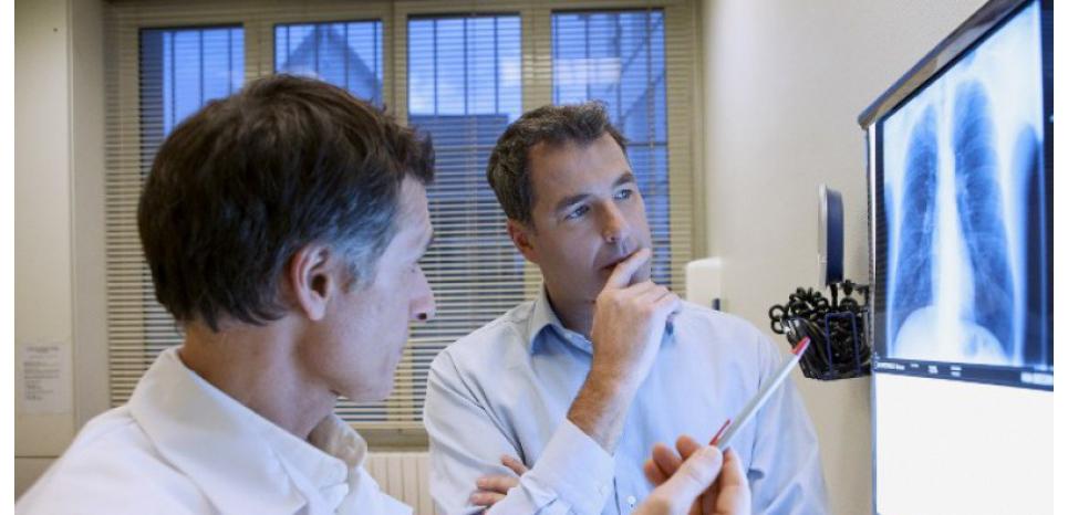 Pour diagnostiquer une pneumonie, une analyse du sang et une radiographie des poumons sont nécessaires. B. BOISSONNET / BSIP / AFP