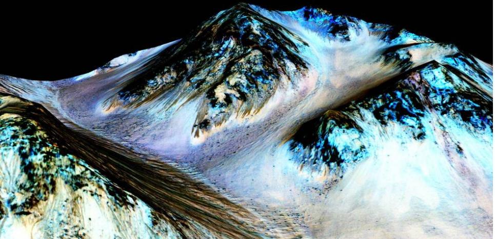 Ces traînées sombres auraient été formée par l'eau qui coule actuellement sur Mars. (NASA/JPL/University of Arizona)