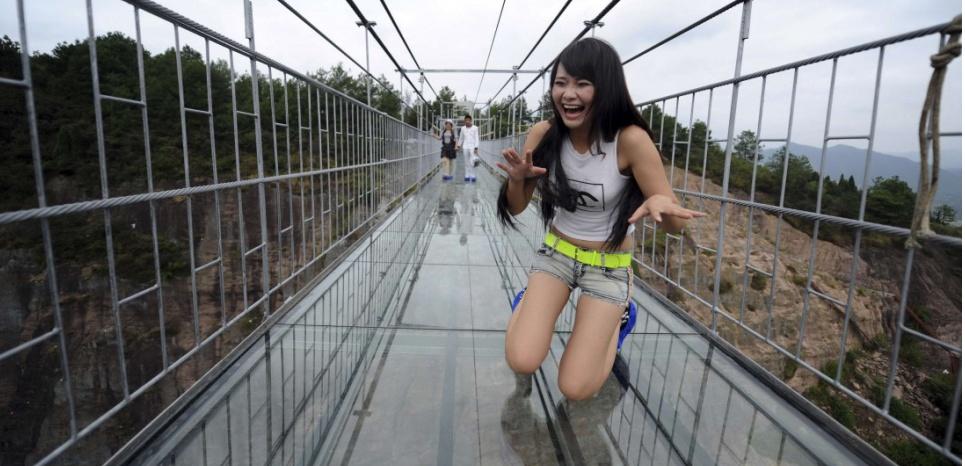 Une touriste chinoise impressionnée par l'effet suscité par la structure (AP/Sipa)