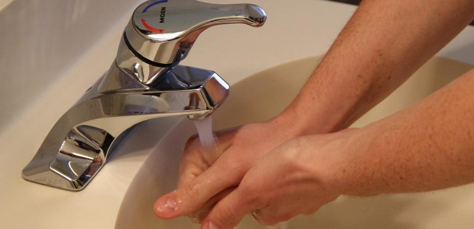 Pour se laver correctement les mains, il faut les frotter pendant 15 à 20 secondes. © Creative Commons