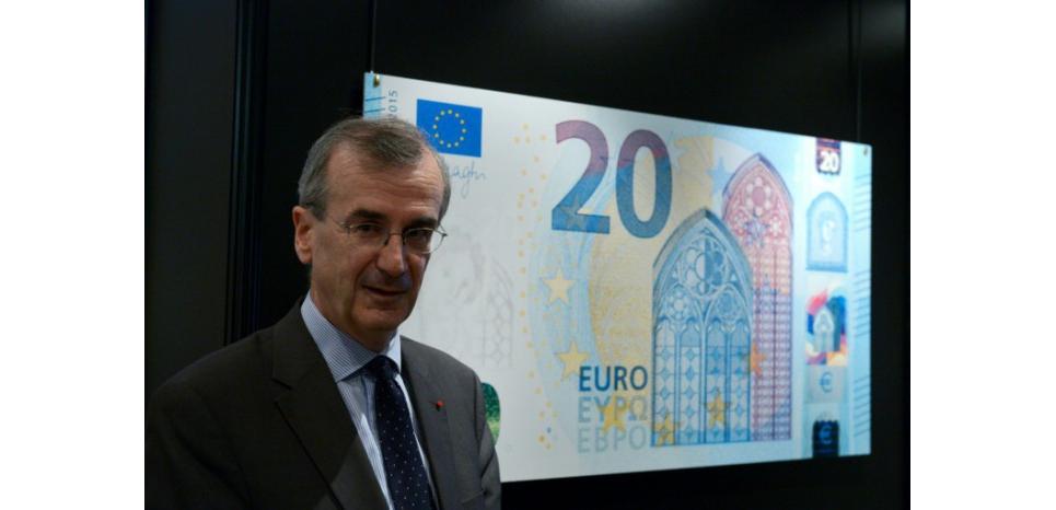 Le gouverneur de la Banque de France, François Villeroy de Galhau, devant une affiche du nouveau billet de banque de 20 euros, à Paris le 24 novembre 2015 (c) Afp