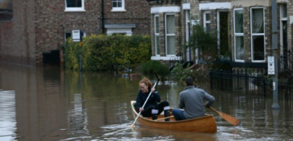 Des habitants dans la ville de York inondée, en Angleterre, le 28 décembre 2015. (c) Afp