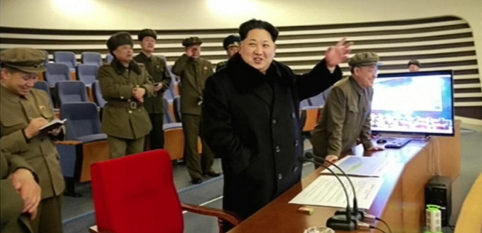 Kim Jong-un assiste au tir d'une fusée à longue portée, le 7 février 2016 (YONHAP / NORTH KOREAN TV / AFP)