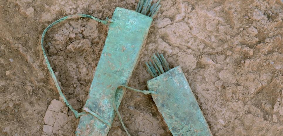 Deux carquois en cuivre et bronze datés de l'Age du Fer (900-600 av.JC) découverts sur le site de Mudhmar dans le sultanat d'Oman. CREDIT: Guillaume Gernez/Mission archéologique Française en Oman Central