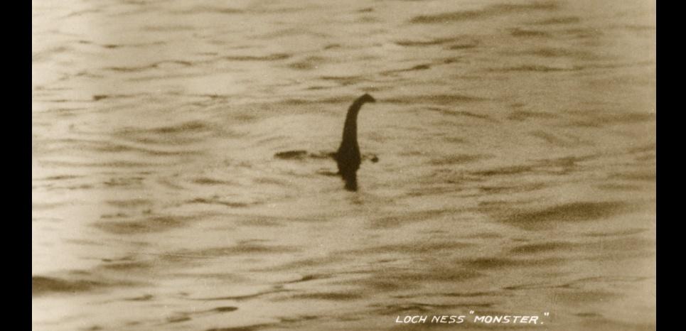 Cliché de Nessie, le monstre du Loch Ness, datant de 1934. Cette pièce à conviction se révéla être un faux. © MARY EVANS/SIPA