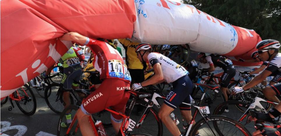 Tour de France : la flamme rouge s'effondre sur les coureurs à cause d'un spectateur