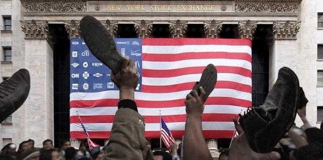Montage reprenant les militants de la place Tahrir du Caire (Egypte), brandissant leurs chaussures en signe de protestation, devant la Bourse de New York (Capture d'écran OccupyWallSt.org)