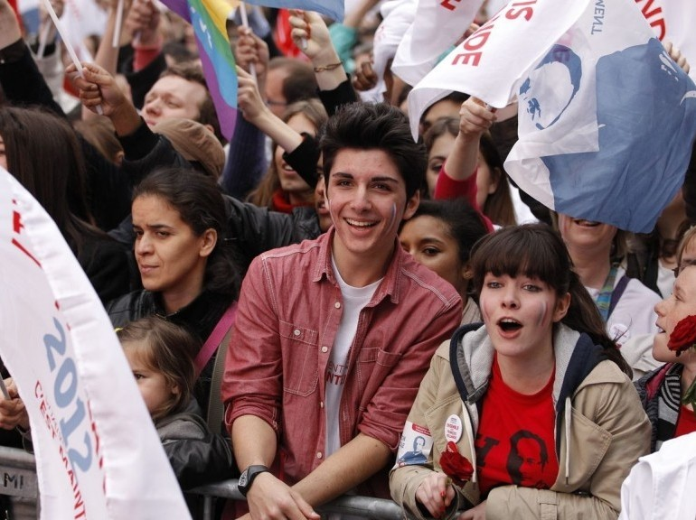 Des supporters de François Hollande devant Solférino, le 6 mai.