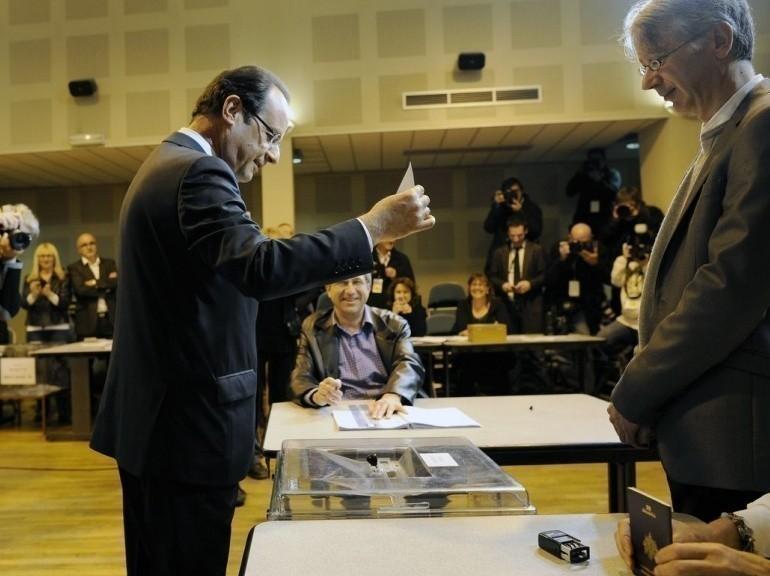 Présidentielle 2012. Le second tour en images. François Hollande vote à Tulle lors du second tour de la présidentielle, le 6 mai 2012
