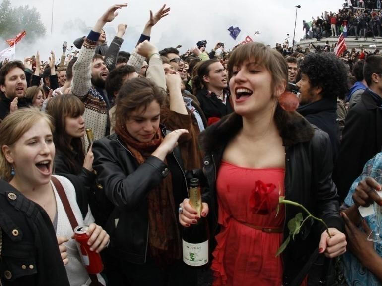 Des supporters de François Hollande fêtent la victoire après l'annonce des résultats, place de la Bastille à Paris, le 6 mai.