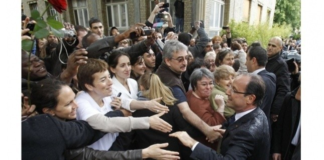 François Hollande serre des mains à l'Institut Curie après avoir rendu hommage à Marie Curie, la célèbre physicienne. (Remy de la Mauviniere/AP/SIPA)