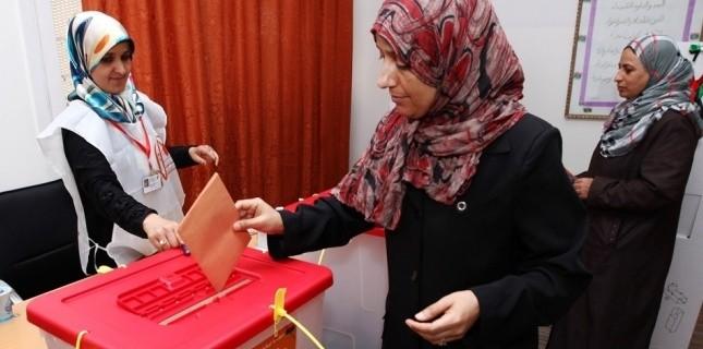 Une femme vote pour les législatives à Trijura, dans le district de Tripoli (Libye) (MAHMUD TURKIA / AFP)