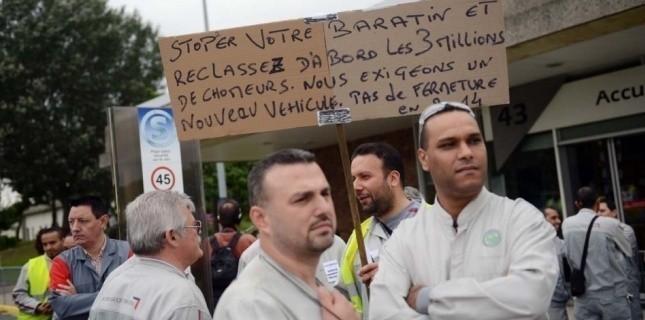 Les ouvriers PSA en colère sur le site d'Aulnay-sous-Bois le 12 juillet 2012. (MARTIN BUREAU / AFP)