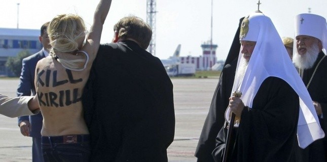 Une militante de l'association Femen lors d'une action contre le patriarche de l'Église orthodoxe russe Kirill, à Kiev (Ukraine), le 26 juillet. (AP Photo/ Femen)