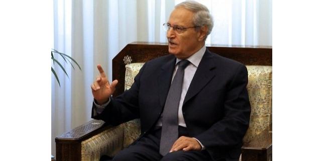 Le vice-président syrien Farouk al-Chareh a affirmé au quotidien libanais pro-syrien al-Akhbar qu'aucun des belligérants n'était en mesure de l'emporter après 21 mois de violences en Syrie, selon les premiers extraits d'un entretien qui doit être publié lundi.<br /> (c) Afp