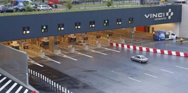 Entre Rueil-Malmaison (Hauts-de-Seine)et Vélizy (Yvelines), l'A86 est payante. Moto et camion sont interdits de circulation. Et les tarifs dépendent de l'heure et du jour de circulation ainsi que de la possession ou non d'un abonnement. Ci-dessus : la gare de péage de Rueil-Malmaison sur l'A86 (photo Vinci)