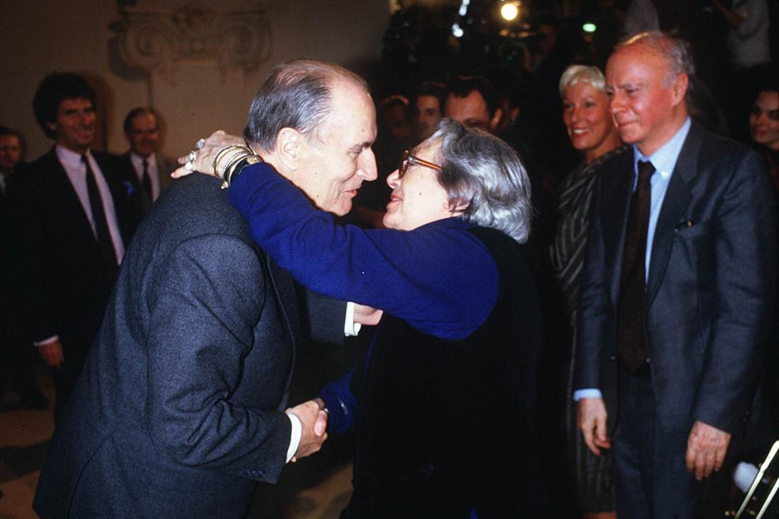 Marguerite Duras avec François Mitterrand, le 18 mars 1988 (SIPA).
