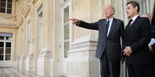 """Selon la loi du 3 avril 1955, Valéry Giscard d'Estaing et Nicolas Sarkozy, mais aussi Jacques Chirac bénéficient d'une """"dotation annuelle d'un montant égal à celui du traitement indiciaire brut d'un conseiller d'Etat en service ordinaire"""". Soit près de 6.000 euros brut par mois. Cette indemnité n'est soumise à aucune condition d'âge, ni même au nombre de mandats. A cela s'ajoute ce qu'on appelle pudiquement des """"primes de sujétions spéciales"""", dont le montant est tenu secret. (Witt/SIPA)"""