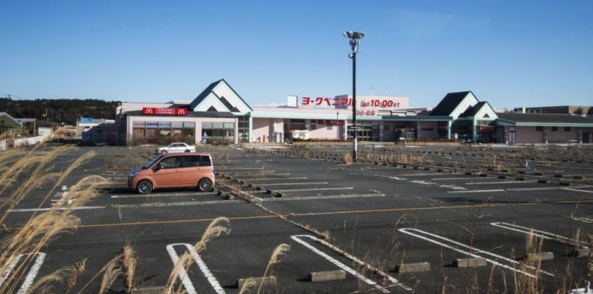 Un centre commercial près de la centrale de Fukushima (GUILLAUME BRESSION / IRSN / AFP)