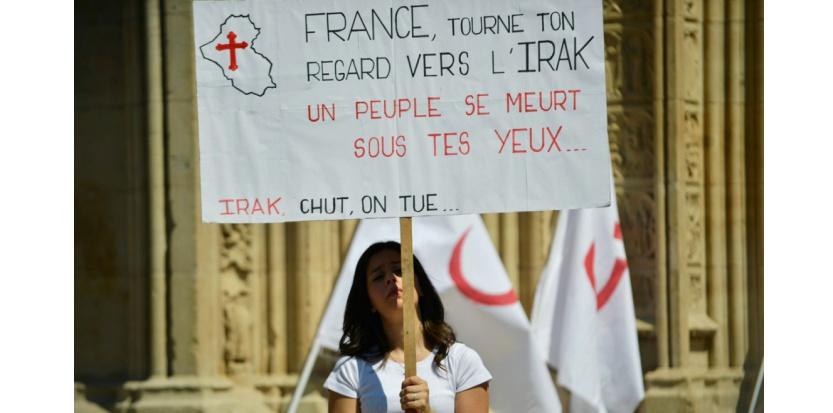 Une femme lors de la manifestation en faveur des chrétiens d'Irak, samedi à Lyon (AFP PHOTO / ROMAIN LAFABREGUE)