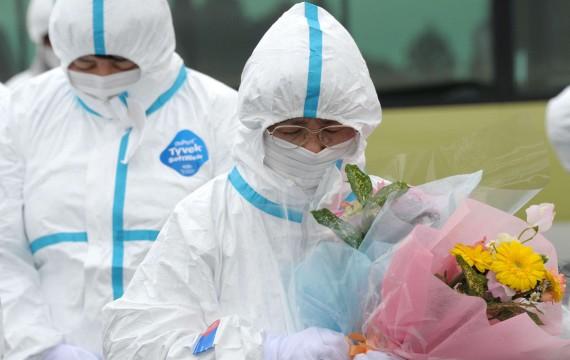Tomoe Kimura, 73 ans, évacuée de la ville d'Okuma, prie pour son mari et sa fille qui sont décédés lors du séisme et du tsunami, Okuma, préfecture de Fukushima, le 11 mars 2012 (Y.HAYASHI/SIPA)