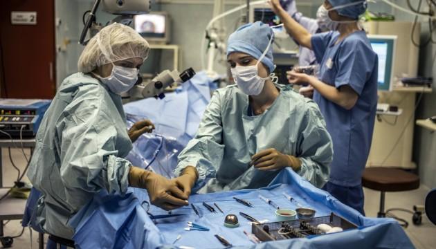 Des chirurgiens en pleine opération à l'hôpital Edouard Herriot, à Lyon, le 5 avril 2012 (JEFF PACHOUD / AFP)
