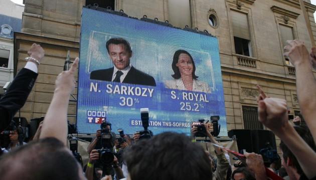 Siège du Parti socialiste rue de Solférino à l'annonce des résultats du premier tour de l'élection présidentielle de 2007, Paris, le 22 avril 2007 (FACELLY/SIPA)
