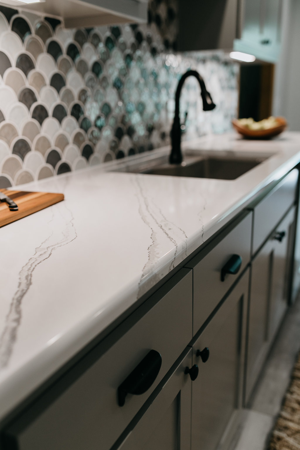 White and grey marbled kitchen countertop
