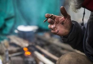 Döbbenetes: a zsaroló hajléktalan fröcsögve arcon köhögi azt, aki nem ad neki pénzt
