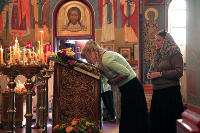 eastern orthodox kissing icons