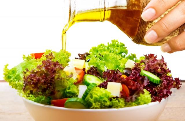 aceite de oliva y ensalada
