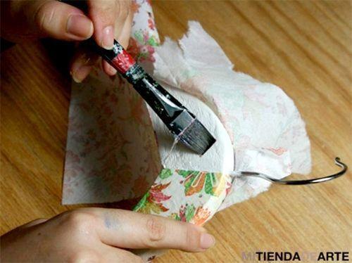 Manualidades para regalar una percha decoupage personalizada 3