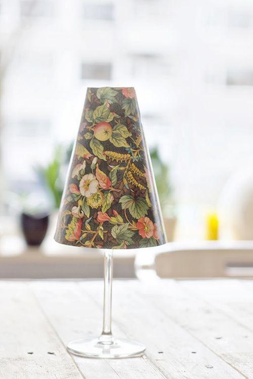 Hacer pequeñas lámparas de mesa con copas y pantallas de papel 3