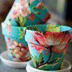 Decorar macetas de barro con telas alegres para un regalo original