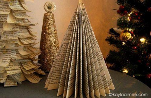 Manualidades de Navidad árbol de papel con viejos libros reciclados 8