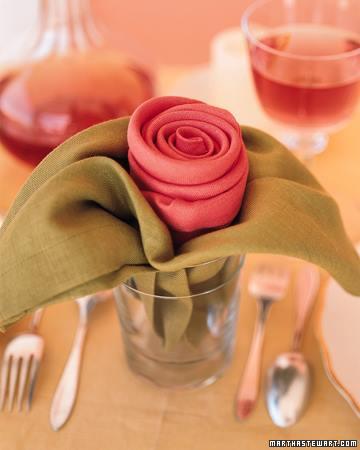 Cómo doblar servilletas para ocasiones especiales formado rosas de tela 5