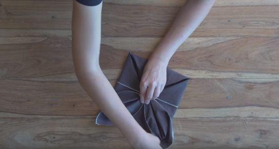 como doblar servilletas en forma de flor de Pascua para mesas de Navidad 2