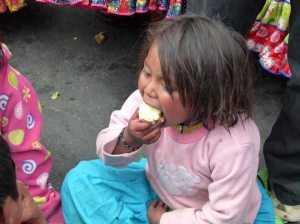 Productores regalaron manzanas a la población para invitarla a hacer conciencia. Foto: O. Domínguez.