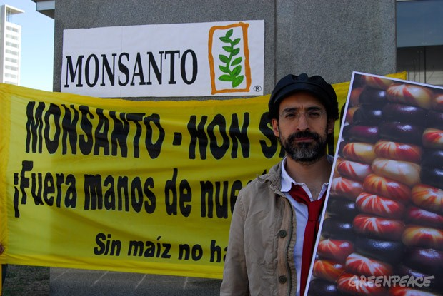 El actor Bruno Bichir protestando contra Monsanto
