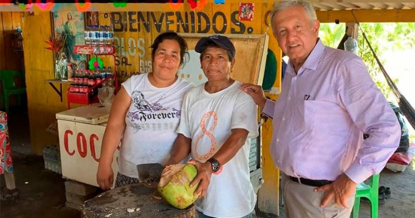 AMLO bebe agua de coco sin popote en carretera Manzanillo Colima - AMLO bebe agua de coco sin popote en carretera Manzanillo-Colima