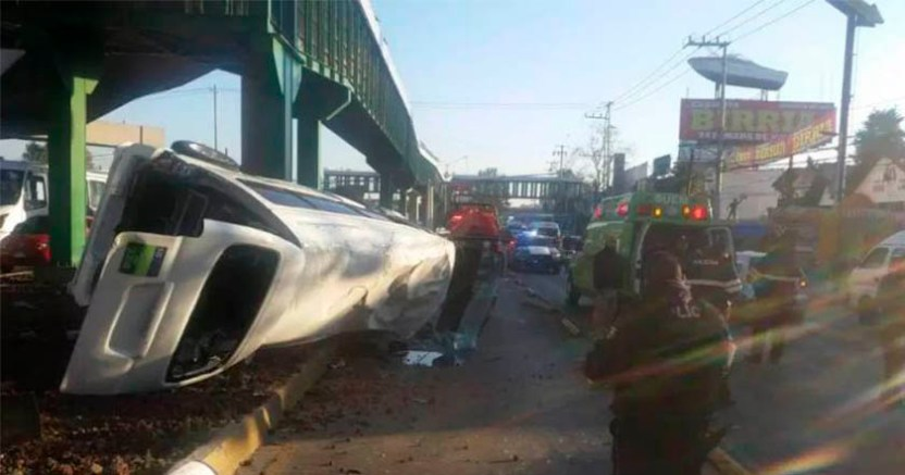 Una combi se volcó tras impacto de otro auto en la Vía Morelos Video - Una combi se volcó tras impacto de otro auto en la Vía Morelos (Video)