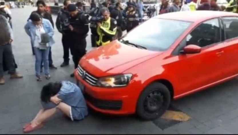 joven amlo - Una joven intentó entrar a Palacio Nacional con todo y auto
