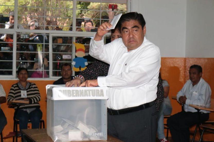 barbosa puebla - El candidato de Morena, Miguel Barbosa vota en su natal Tehuacán