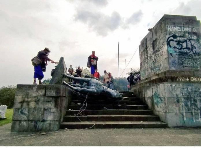 EiETumwXcAIqcPT - Indígenas de Colombia derriban estatua del conquistador español Sebastián de Belalcázar