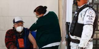 Sigue aplicación de vacunas en Palacio de los Deportes.