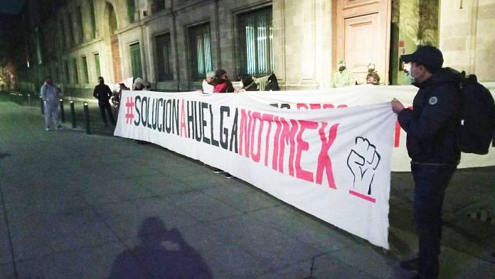 Trabajadores de Notimex bloquean Palacio Nacional
