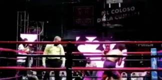 Peleador cae desplomado en la lona y queda inconsciente por varios minutos