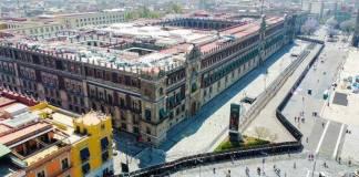 Para impedir destrozos, las vallas en el Zócalo: AMLO