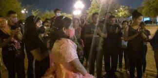 Quinceañera comparte su banquete de fiesta con migrantes en Tamaulipas