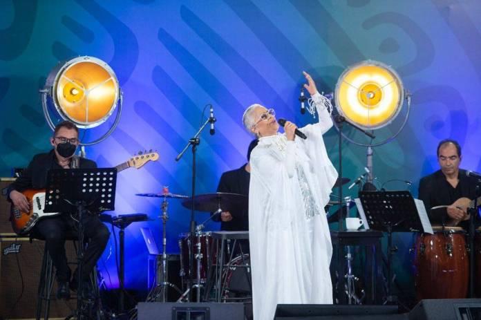 AMLO convierte la mañanera en festival inolvidable con Eugenia León